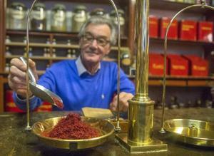 Saffran är värt sin vikt i guld. Ulf Liljeblad väger upp den exklusiva kryddan. Foto: Leif R Jansson/TT