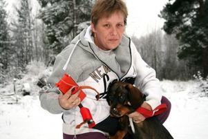 """HOPPAS PÅ AVKOMMAN. """"Det var hemskt duktiga jakthundar det här"""", säger Carina Öster som nu hoppas att de försvunna hundarnas valp, nu sex månader gammal, ska kunna uppfostras till en lika bra jägare."""