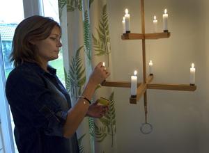 Ljuskronan som hänger i ett hörn i matrummet har Ernst Kirchsteiger designat åt Färg & Form.