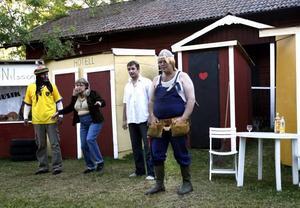 """Oslättfors Dramatörer slår till igen. Här är det från vänster Mikael Bergström, Christina Pettersson, Jocke Hägglund och """"Lumpen"""" Lundberg på """"utescenen"""" i Oslättfors."""