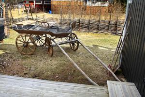 Utanför står en gammal vagn som Fredriks far tidigare ägt.