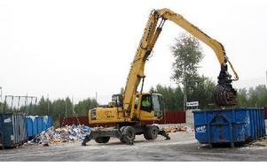 Här på plattan töms containrar med osorterat avfall, den mesta sorteringen sker med maskin. Foto: Eva Högkvist