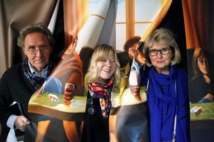 Välkommen in! Den stora tavla som möter besökarna på Jamtlis nya utställning är i själva verket som ett draperi in till ett rum som påminner om just tavlans rum. Tore Brännlund, Jeanette Wahl och Helle Jörgensen från Jamtli respektive JLK provar den öppna tavelväggen.