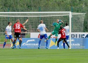 Bollen går i mål efter Emir Smajics nick.