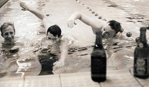 ÖP-fotografen Arvid Halling tyckte det var finurligt att fånga tre LT-sportchefer på bild i grenen ölsim ingående i en femkamp vid skid-SM i Örnsköldsvik 1967. Från vänster dåvarande sportchef Erland Lithner samt de två tidigare Leif Emsjö, och Thord Eric Nilsson och som representerade andra tidningar vid SM-tävlingarna. I ölsimmet skulle man simma 25 meter, dricka en öl och simma 25 meter till.