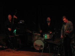 Dan Berglund, kontrabas, Ola Hultgren, slagverk och Johan Lindström, gitarr, utgör tre fjärdedelar av Tonbruket och bjöd på lördagskvällen en absolut fullsatt aula på Birka på suggestiv, gränsöverskridande musik. Foto: LO Rindberg.