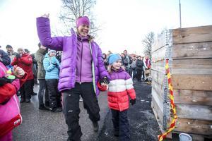 Emelie Erixon med brorsdottern Wilma Erixon, två lyckliga vinnare av första priset, 10000 kronor.