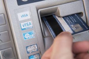 Mannen anklagas för att ha använt pengar från kvinnans bankkonto för egen del. (Arkivbild)