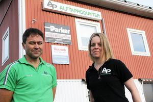 Stefan Carlsson och Caroline Söderqvist framför skylten som bevisar att Alftaprodukter nu har ett samarbete med Rexroth Bosch group.