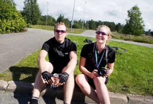 """I år cyklade Emil Carstedt och Ida From olika distanser. Men nästa år kan de få cykla ihop. Ida From funderar nämligen på att försöka sig på ett helt varv runt Storsjön. """"När jag gick i mål efter tio mil kändes det bara härligt"""", säger hon. De två är för övrigt inte riktigt färdigcyklade för dagen. Först ska de cykla de tre kilometrarna hem till Lugnvik innan de kan parkera hojarna."""