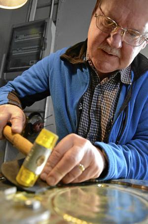 Smed i aktion. Här ger Lennart Andersson form åt en ljusplåt.BILD: THOMAS ERIKSSON