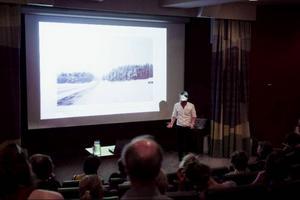 I anslutning till vernissagen berättade Jens Assur om projektet Hunger inför en nästan fullsatt hörsal på Jamtli.