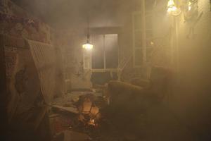 En film visas hur detonationen river sönder inredningen i den virkade lägenheten Olek deltar med i Avesta.