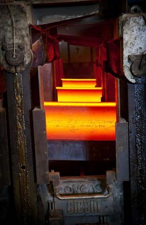I gjutverket får stålet åter fast form genom att det kyls ned med hjälp av vatten. Runt 800 grader har balkarna när de kommit ungefär halvägs i nedkylningsprocessen.- I mitten är stålet fortfarande flytande, säger stålverkschefen Mikael Gottfridsson.