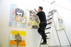 John Rasimus ställer i ordning sin installation kring postpunkbandet Elvis on Drugs.
