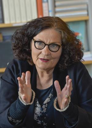 Ebba Witt-Brattström är starkt kritisk till Svenska Akademien. Hon kallar det för en feodal institution som korrumperar kulturlivet med sina priser.