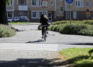 På ett markerat övergångsställe ska en cyklist kliva av cykeln och gå över vägen. Om det finns vita fyrkanter bredvid ränderna får man dock cykla över.