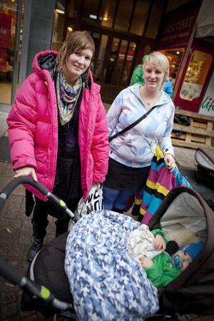 """Evelina Pettersson, 24 år från Vemdalen och Angelica Pettersson, 29 år från Östersund, är båda i åldersgruppen som skulle få fem extra semesterdagar om de gick med i tjänstemannaförbundet Vision och kravet för avtalsrörelsen gick igenom. """"Ja, så man kan vara ledig med barnen när de har skollov. Annars är det ju så att barnen har skollov åtta veckor eller mer och du har fyra"""", säger Angelica.Men de båda förstår att det kan skapas en avundsjuka bland dem som inte har barn.""""Det är aldrig lätt med sådant här. Vissa blir säkert avundsjuka medan andra förstår"""", säger Angelica."""