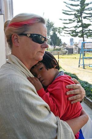 Eva med barnhemsflickan Pema i famnen.