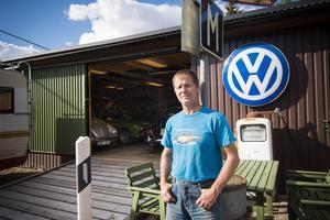 Kristofer Hallin har byggt ett garage på gården till föräldrahemmet i Attmarby där han jobbar på sina objekt.