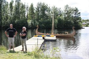 Båtbyggaren Per-Arne Forsberg och Torsten Jonsson höll i sjösättningen och namngivningsceremonin av skeppet.