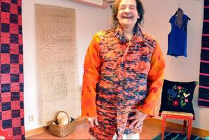 Kjell Paxmo har gått kursen för att lära sig sy egna kläder. Här visar han upp sin originella rock i knallorangea färger.
