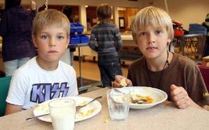 Gustav Johansson och Joakim Carlsson gillar sin skolmat. De är några av Smedjebackens elever som får 35 procent ekologiska livsmedel.FOTO: HELENA FORSBERG