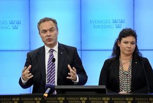 Jan Björklund och riksdagsledamot Tina Acketoft lägger fram ett nytt skolprogram som inte är förankrat i den egna alliansen.