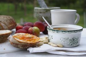 Plommonmarmelad med mandel och ingefära smakar ljuvligt till frukosten eller testunden.