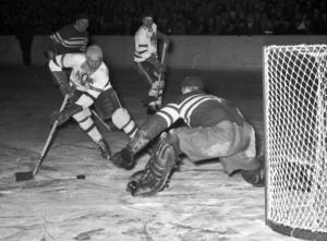 Gävle godtemplares Hans Stöveln Öberg var under många år en av Sveriges bästa ishockeyspelare. Här försöker han överlista Leksandsmålvakten Per-Agne Karlström i en slutspelsmatch 1957.