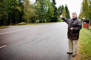 Besluta att vänstersvängande trafik till Laggarudden måste använda den gamla avfarten. Det skulle öka trafiksäkerheten, säger Kjell Israelsson (M) som även förespråkar sänkt hastighet på länsvägen.