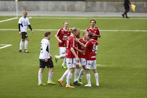 Gratulerade varandra till bra prestationer gör IFK här sedan Christoffer Fryklund gjort 7-0 i början av andra halvlek. Viktor Ageskär. närmast kameran, gjorde sedan 8-0, hans andra fullträff denna dag.
