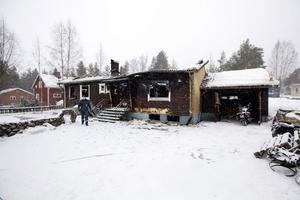 UTBRÄND. Branden i Järbovillan rasade i flera timmar. Efteråt var huset totalförstört.