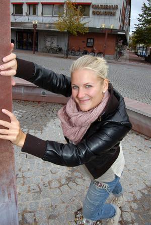 Den professionella dansaren Lina Ek har kommit hem efter tre års utbildning på Balettakademin i Stockholm. Nu ska sätta fart på danslivet och starta dansgrupper i Showdans i Orsa,