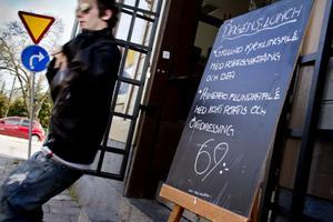 Bara två av tio lunchrestauranger som tidningen kontrollerat har sänkt priset. Samtidigt har två höjt sina priser.