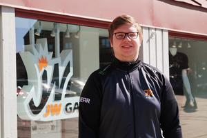 Här står Jesper utanför den egna butiken JW Gaming som firar ett årsjubileum i år.