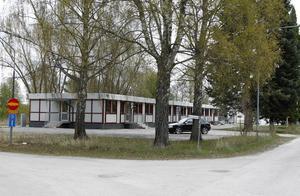 Grannarna till boendet vill att verksamheten flyttar eller att ett bullerplank byggs upp.