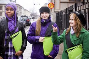 Nada Abdi 13 år, Lovisa Edblad 13 år och Frida Lundgren snart 13 år, tycker att de säljer majblommor för en god sak. Alla tre är elever på Norrtullskolan.