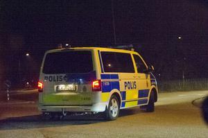 Polisen får larm om att inbrottstjuvar brutit sig in i en bilverkstad i Söräng.