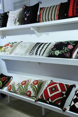 En vägg med samtida kuddar som lånat uttryck från äldre textilier ingår i jubileumsutställningen på Dalarnas museum.