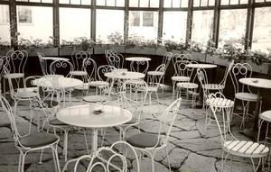 Ute i den inglasade paviljongen har många suttit i förtroliga samtal över en kaffekopp.
