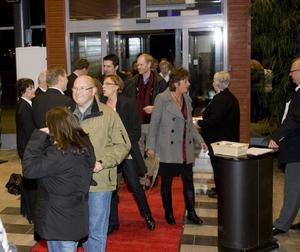Förväntansfulla.  Omkring 1 500 kommun- anställda kom till Läkerolen i går kväll för underhållning och program kring kommunarbetets värdegrund. Ytterligare 3 000 har anmält sig till en likadan tillställning i kväll.