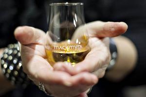 Whisky ska helst drickas i kupade glas för att få fram aromen på bästa sätt.