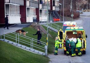 Svårt knivhuggen fördes mannen med ambulans till akuten efter dådet.
