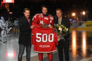 Så här såg det ut när Oscar Hedman uppvaktades av Peter Öberg och Per-Åge Skröder när han passerat 500-strecket.