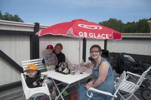 Valter och Emma Holmlund njuter av en fika på Virriga bakverk tillsammans med Klara och Anna Sundvall.