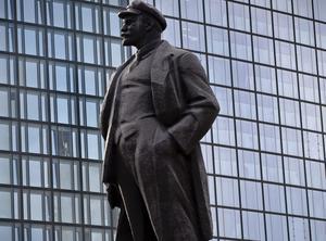 Lenin må vara död men som symbol för kommunismen väcker han fortfarande starka känslor.