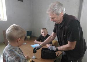 Polisman Sven Berg visar sina unga kollegor hur han gör för att få fram fingeravtryck