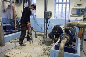 Fundamenten till en gammal vattenpump i Ålsjön bilas bort. Nya pumpar monteras i källaren. Här i markplan ska den nya anläggningen med uv-ljus installeras.
