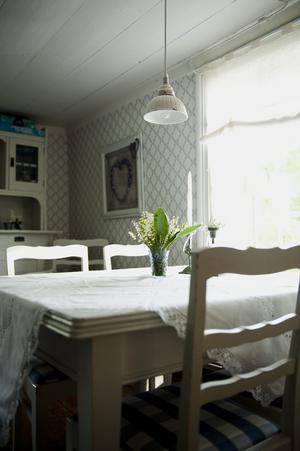 De här möblerna fanns i torpet när Helen och Peter köpte det. Tapeten kommer från Duros gammelsvenska kollektion.